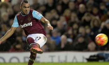 LONDON, ENGLAND - MARCH 02: Dimitri Payet of West Ham United takes a free kick during the Barclays Premier League match between West Ham United and Tottenham Hotspur at Boleyn Ground on March 2, 2016 in London, England. (Photo by Arfa Griffiths/West Ham United via Getty Images)